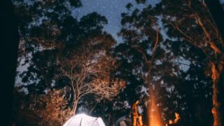 満天の星空の下でキャンプ